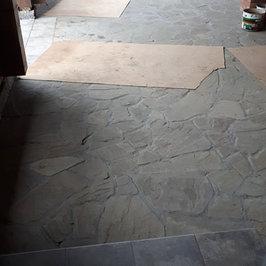 На веранде с барбекю выложен пол из натурального камня.