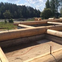 Сруб перевозится с производственной базы на участок Заказчика.  Начата сборка сруба на фундамент бани