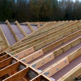 Продолжаем работы по устройству крыши. Фрагменты устройства пароизоляции и нижней обрешетки