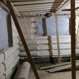 Отшлифованы стены внутри бани. Выполнено обнижение бревен вокруг окон и в местах установки радиаторов