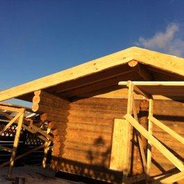 Завершены работы по устройству крыши и кровли. Ведется устройство лобовых досок из необрезной доски