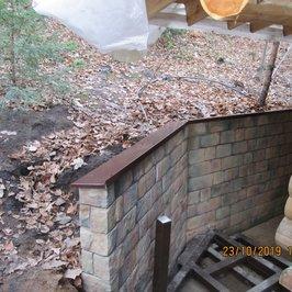 Завершили отделку камнем подпорной стенки и обходной дорожки.