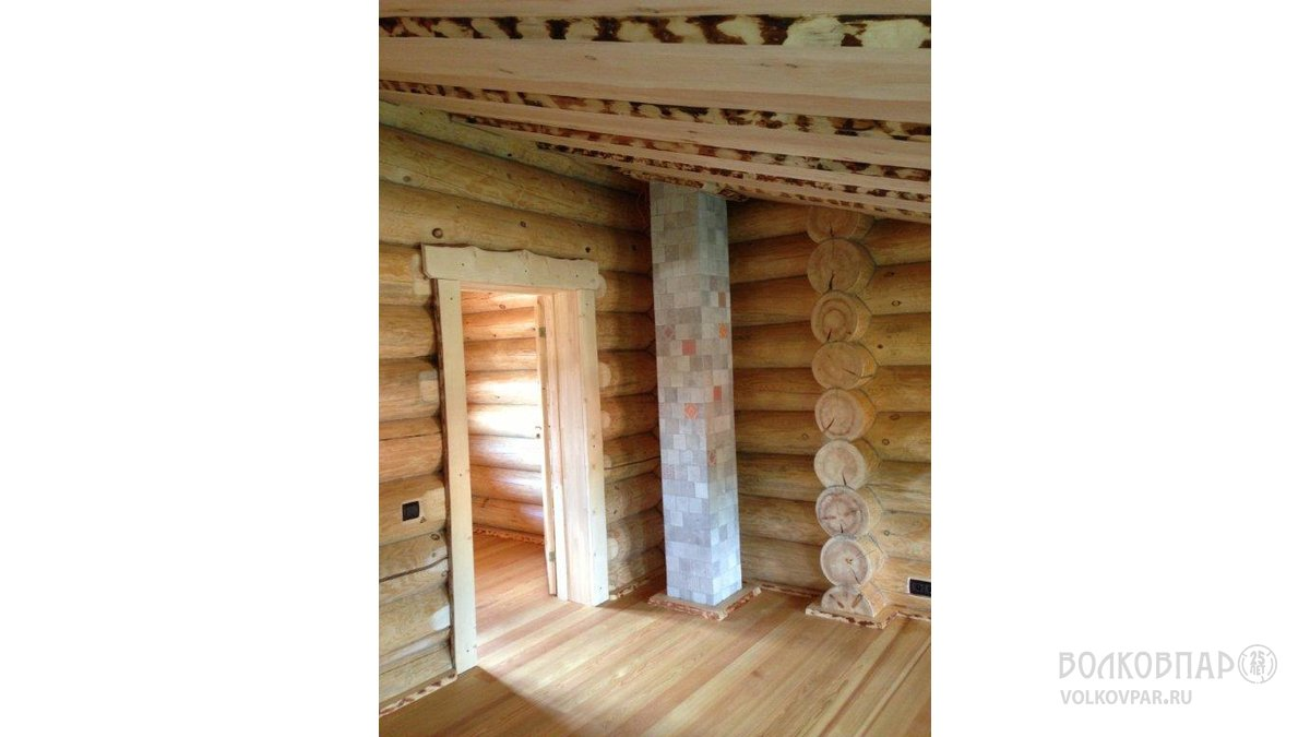 Второй этаж. Потолок – необрезная доска из кедра. Труба камина отделана плиткой в стиле «пзчворк»