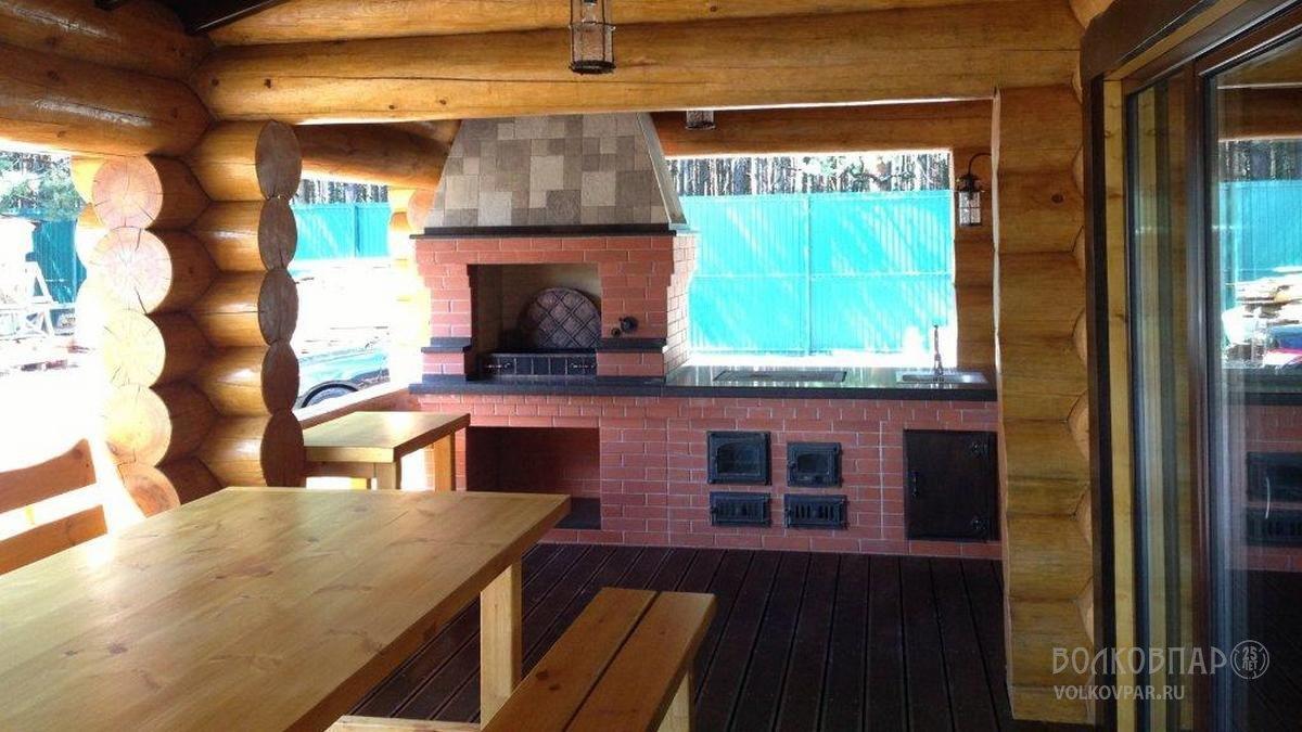 Барбекю – для приготовления изысканных блюд. Мангал  украшен  ковкой. Стенка мангала выполнена из кованных стальных элементов, покрытых патиной «под медь». Фурнитура для барбекю изготовлена нашими кузнецами