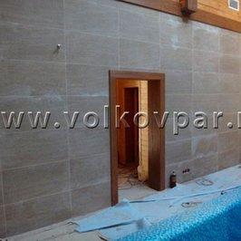 В мокрой зоне выложена плиткой стена и отделан проем  в парные