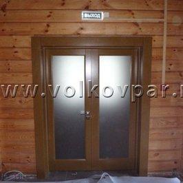 Дверь из массива дуба установлена  из тамбура в зону ресепшен