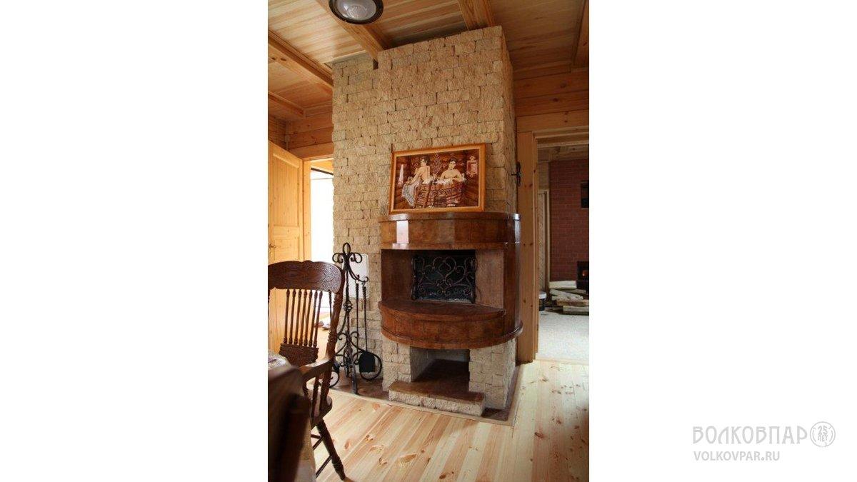 Не смотря на небольшие размеры комнаты отдыха, хозяевам очень хотелось иметь камин. Нашим архитектором, совместно с мастером-наставником печных дел, было реализовано желание хозяев. Отделка камина натуральным камнем вулканического происхождения из Армении.