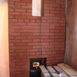 Выложена печная противопожарная стенка