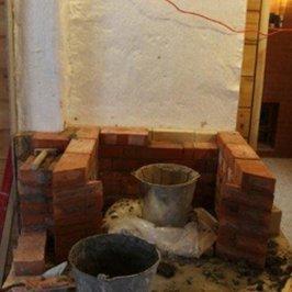 Продолжаются работы по кладке камина