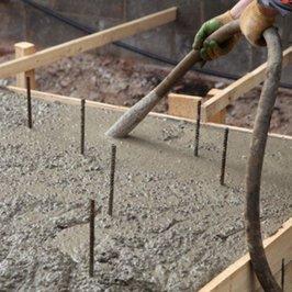 Укладывается бетон с использованием вибратора