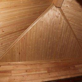 Красивый потолок под вальмовой крышей