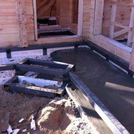 Ведется горизонтальное утепление плиты фундамента веранды и вертикальное утепление фундамента бани