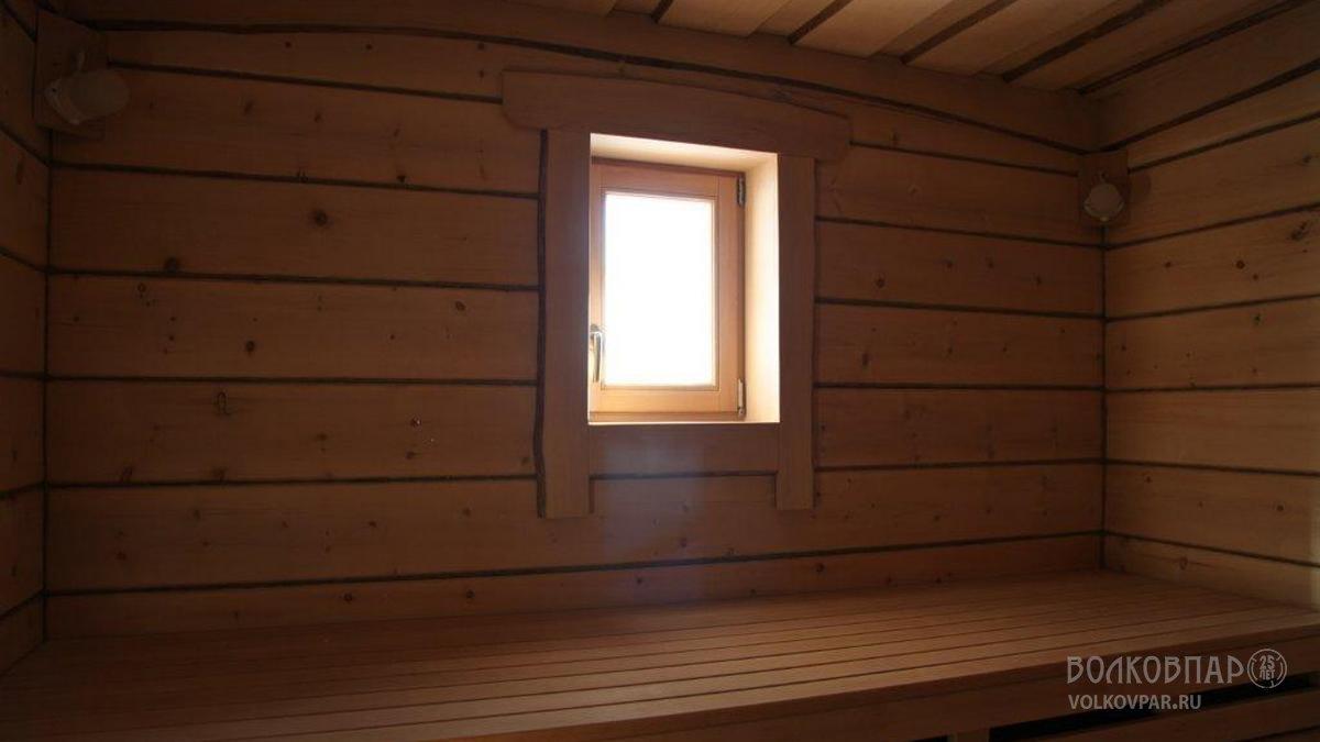 Стены  парной отделаны кедром без использования утеплителей и фольги. Потолок парной выполнен из необрезной доски. Материал – черная ольха