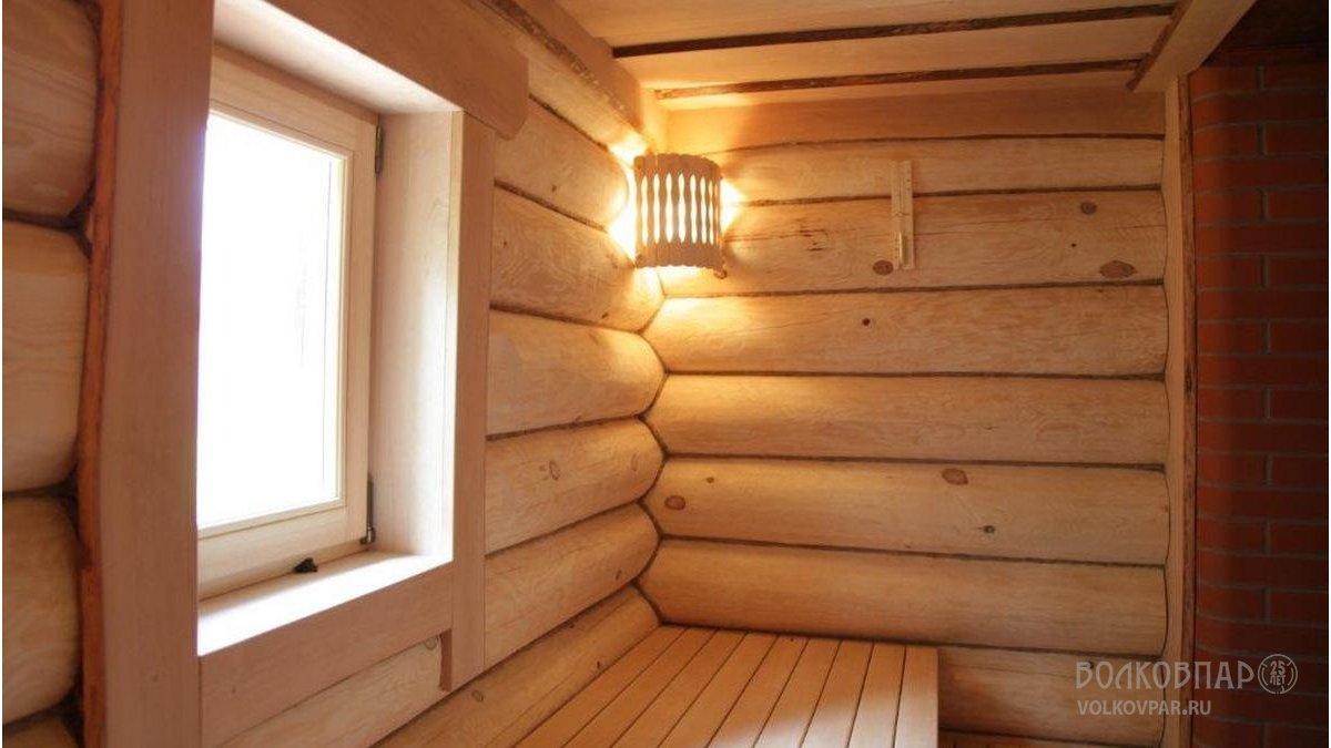 Окно в парной позволяет создать ощущение открытости и легкости пространства
