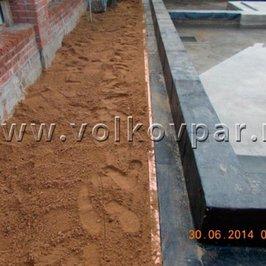 Выполнено утепление пеноплексом и песчаная отсыпка плиты фундамента