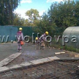 Процесс уплотнения бетонной смеси в фундаментной плите