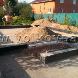 Выполнена гидроизоляция фундамента, идет  подготовка к кирпичной кладке стен