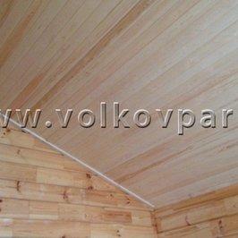 На потолки подшита вагонка