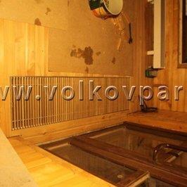 Перед входной дверью смонтирован напольный радиатор