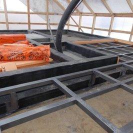 Баня. На ростверк уложена гидроизоляция для установки сруба. Сварена металлическая конструкция патио