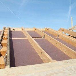 Фрагмент устройства нижней пароизоляции крыши бани