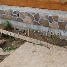 Фрагмент отделки цоколя жилого дома