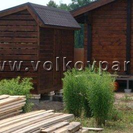 Рядом с баней построен дровяник