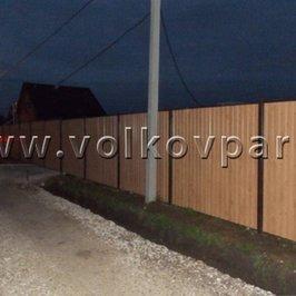Весь забор со стороны улицы обшили профнастилом