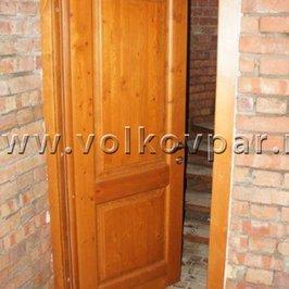 Установлена деревянная дверь в погреб