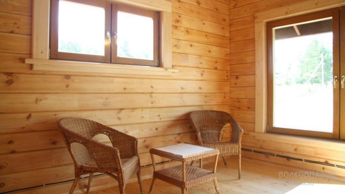 Очень светлая комната отдыха. Потолок – вагонка сосна. Полы – сосна