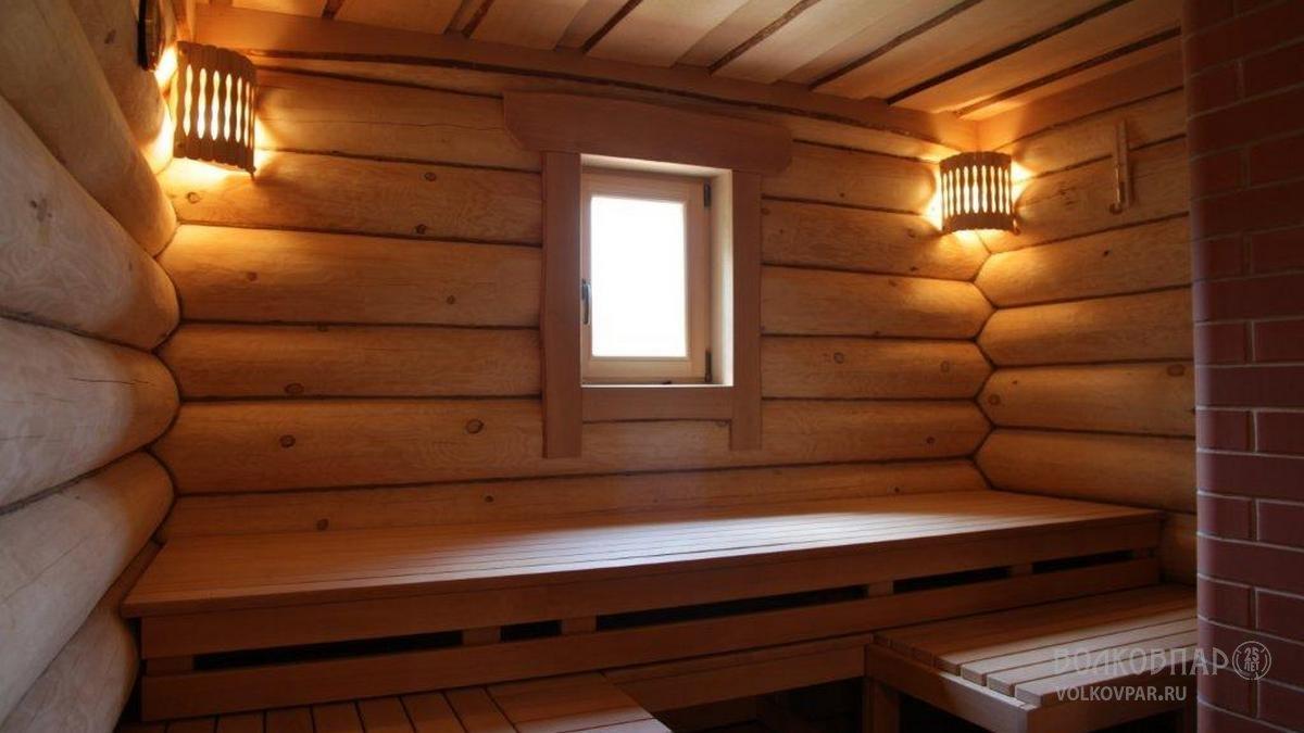 Стены внутри парной не обшиты вагонкой и не изолированы  фольгой и утеплителем, а оставлены  стенами сруба в чистом и первозданном виде