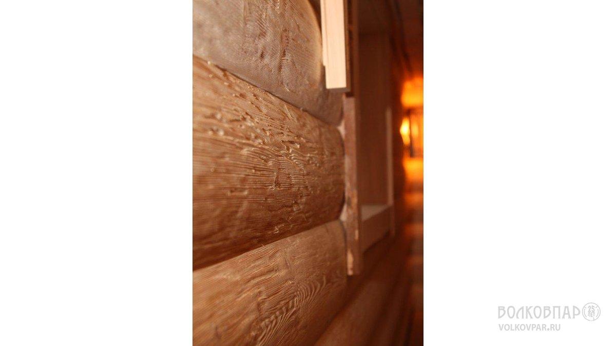 Стены парной обшиты блок-хаусом. Порода дерева – кедровая сосна (сибирский кедр).  Применена техника  ручного состаривания дерева