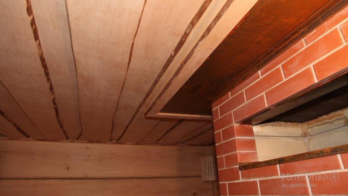 Потолок парилки отделан необрезной доской. Материал – ольха черная