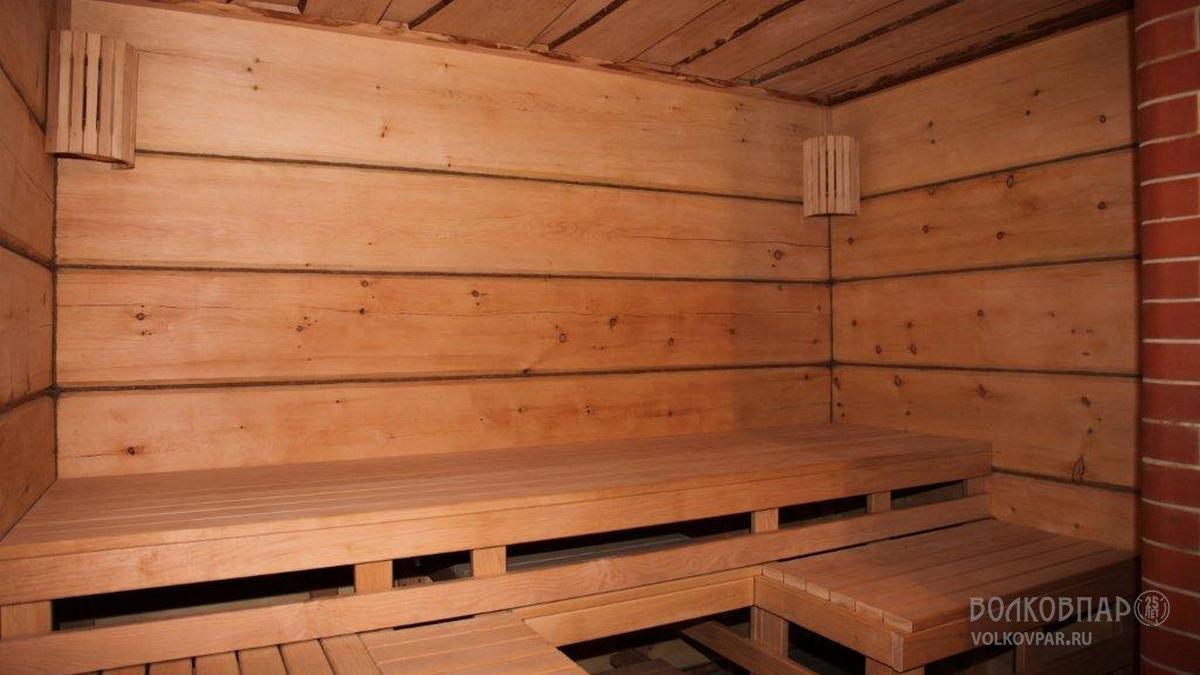 Стены парной отделаны кедровым лафетом. Ширина плати  лафета 400 – 450 мм.  Такая отделка, очень удачное решение для бань из кирпича и пеноблоков.  Трансформируемые полки выполнены из ольхи черной