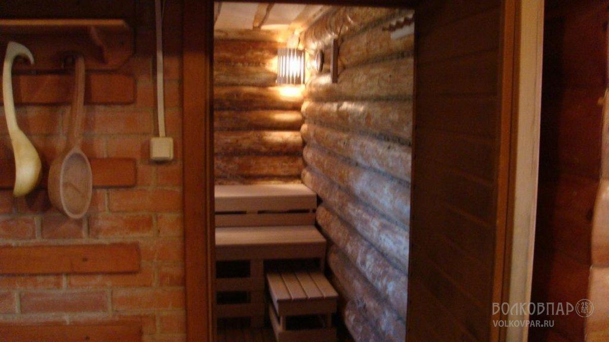 Стены парной – сруб из сосны. Проконопачены льно-ватином. Поверхность стен обработана в ручную