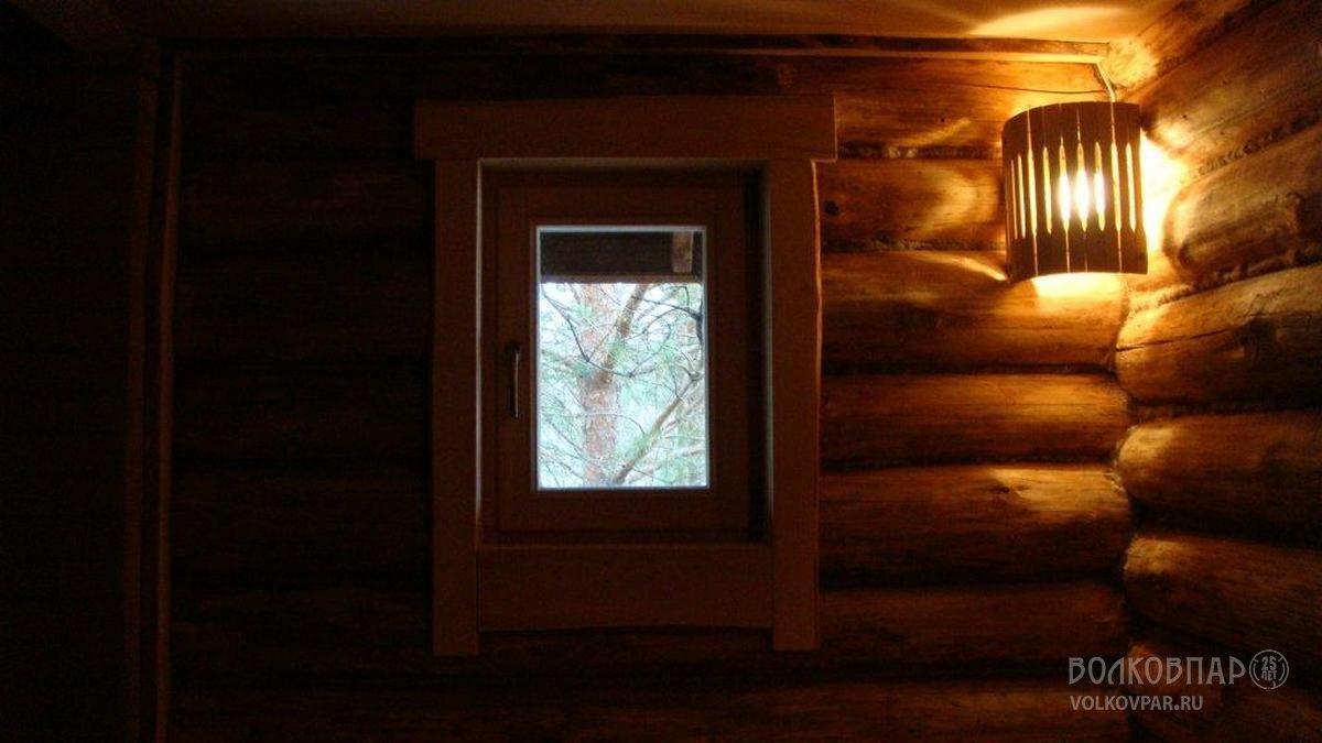 В парной установлено окно 550мм х 750мм. Окно изготовлено из лиственницы, жаропрочный стеклопакет. Обналичка окна выполнена из необрезной черной ольхи