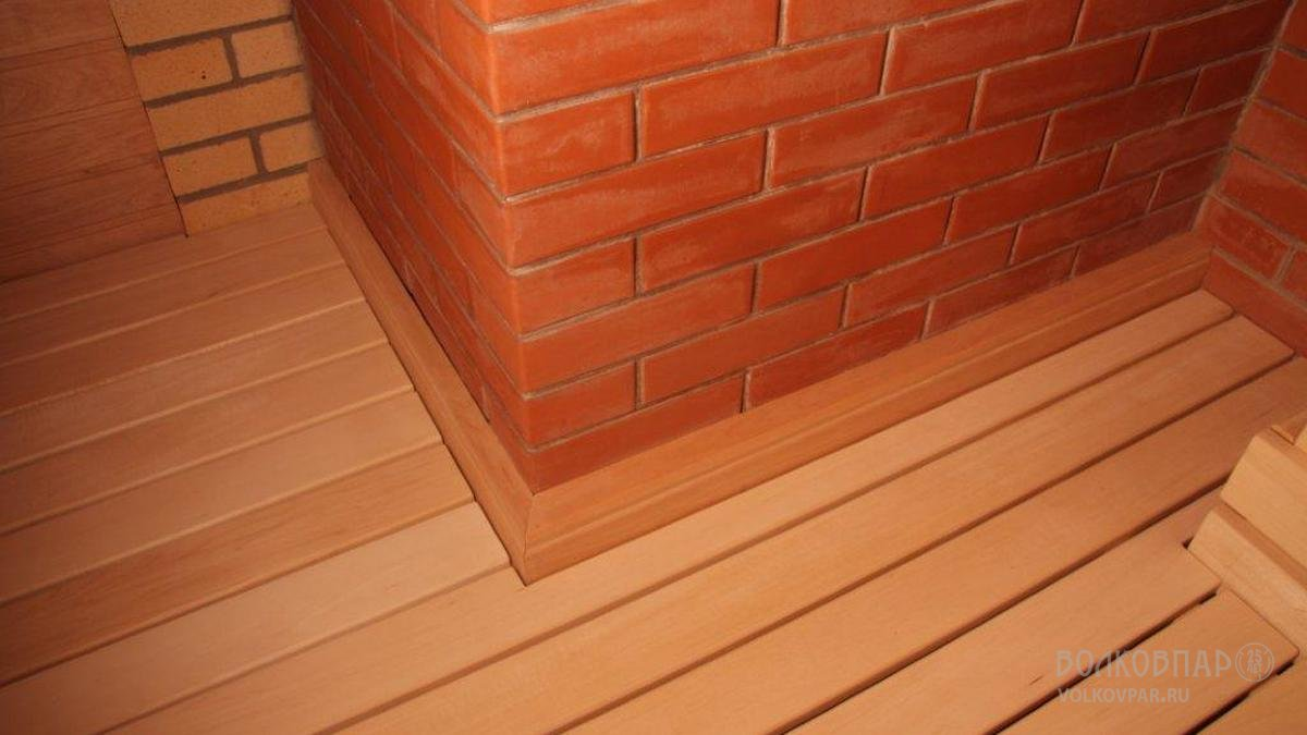 Полы – керамическая плитка. Сверху положены трапы из липы