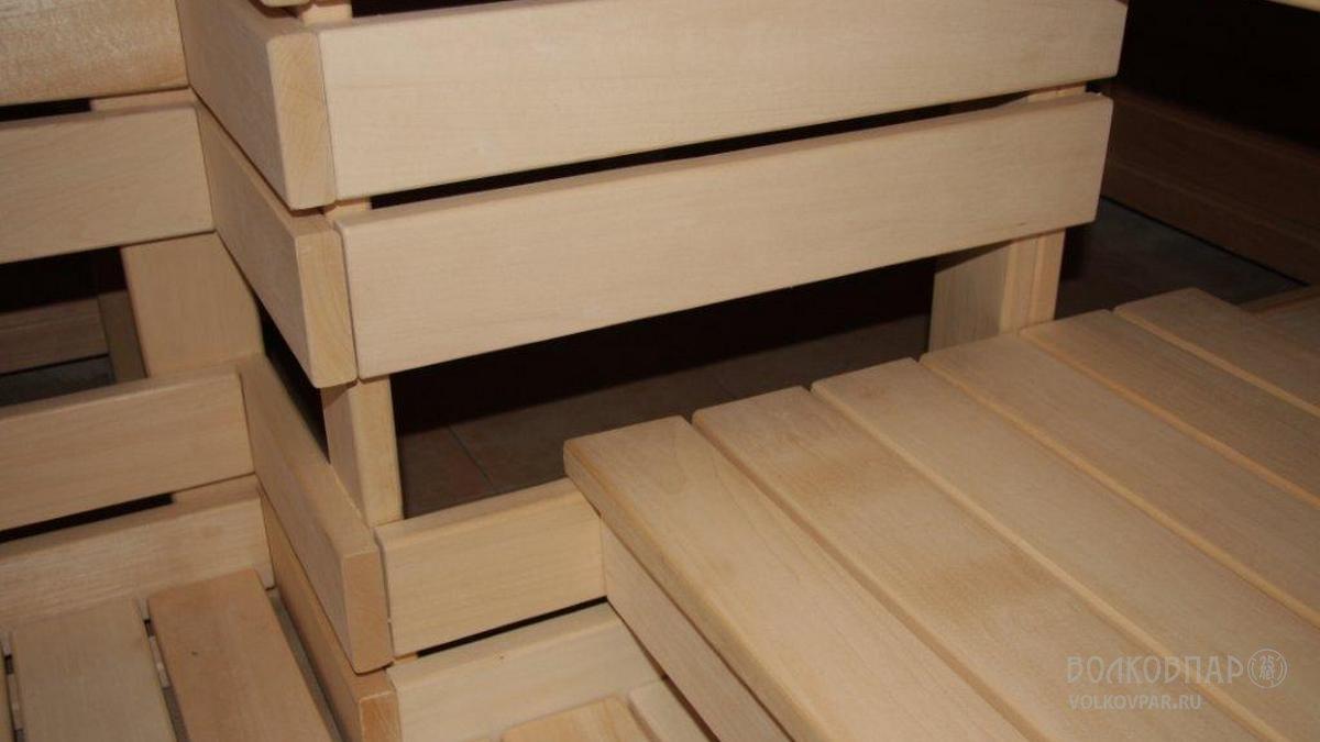 Трапы и полки выполнены из дерева одинаковой ширины