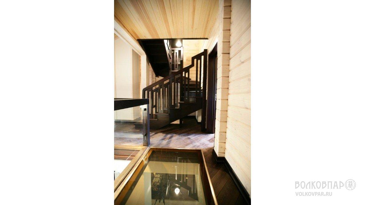 Самонесущая лестница из дуба ведет со 2 этажа на мансарду