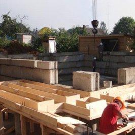Почти завершен монтаж фундаментных блоков