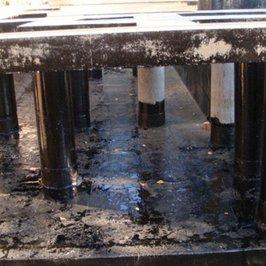 Выполняются оклеичная и обмазочная гидроизоляции опорной конструкции парадной лестницы