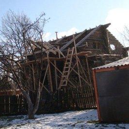 Ведутся работы по устройству стропильной части крыши