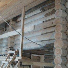 Продолжается стружка и шлифовка внутренних стен дома