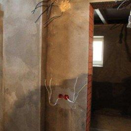 Полностью оштукатурены стены цокольного этажа