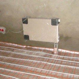 В цокольном этаже ведется монтаж теплых полов и настенных радиаторов