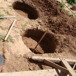 Рядом с домом закапываются ж/б кольца для ввода воды в дом и выхода канализации из дома