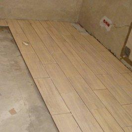 Идет укладка плитки в помещениях цокольного этажа