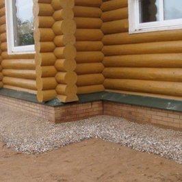 Выполнена разуклонка из глины, песка и щебня для отвода дождевой и талой воды