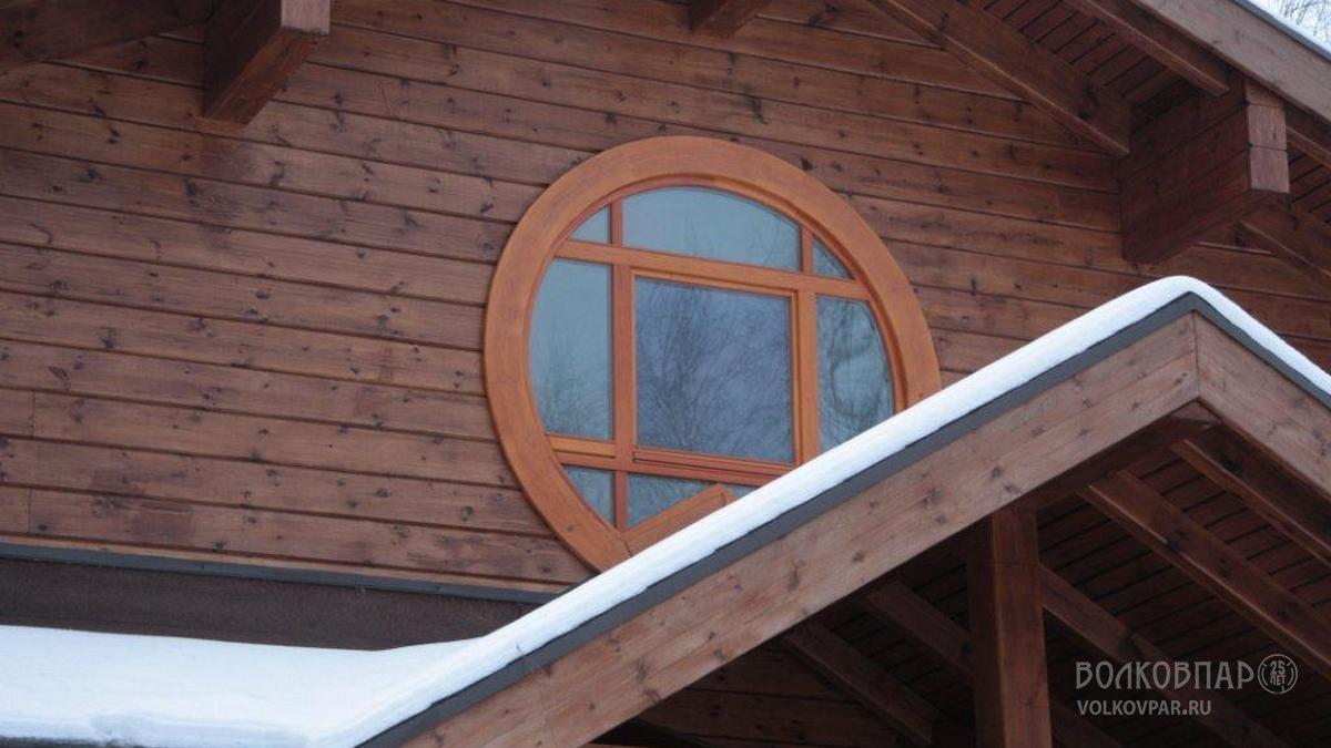 Круглое окно в хозяйской спальне
