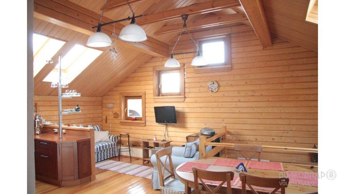 На втором этаже находятся две спальни и большая гостиная, совмещенная с кухней